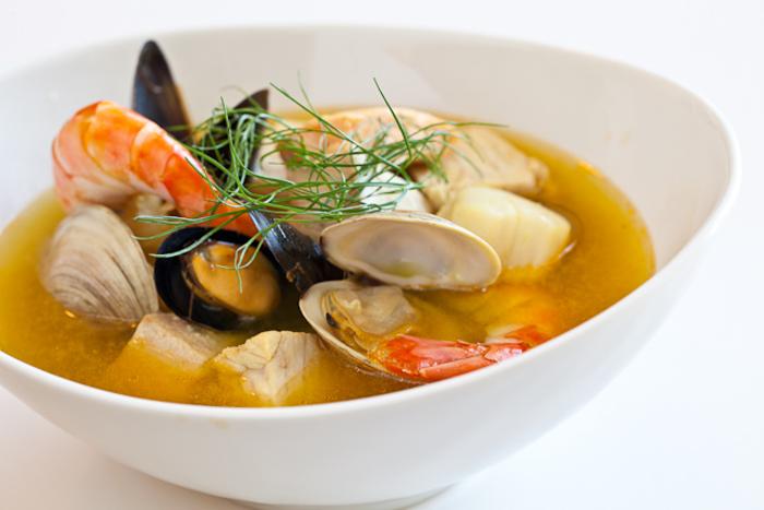 La bouillabaisse es una sopa de origen francés, originaria—seguramente—en pueblos de pescadores