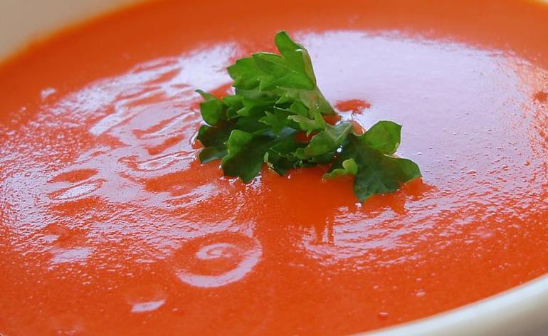 sopa de tomate con un perejil crespo