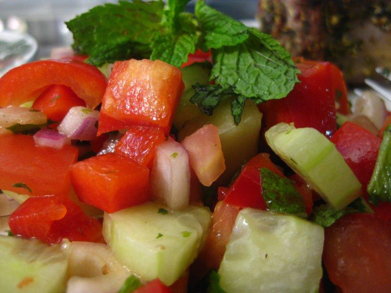 ensalada de tomate, pepino y cebolla roja con menta